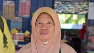 Rusnawati Shamsudin. En kvinna i Malaysien iklädd en beige/ljusröd burka.