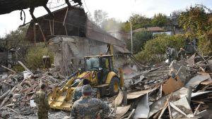 Räddnigsarbetare arbetar i en husruin efter azerbajdzjanskt bombardemang mot den största staden i Nagorno-Karabach, Stepanakert. Bilden tagen den 6.11.