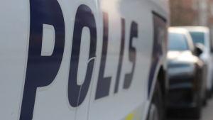 Svenska texten på polisbilen