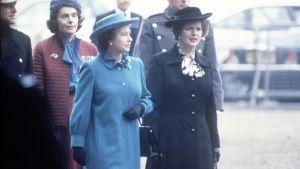 Kuningatar Elisabet ja pääministeri Margaret Thatcher rinnakkain.