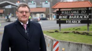 Borgmästaren Hans-Martin Schertl vid infarten till den amerikanska militärbasen