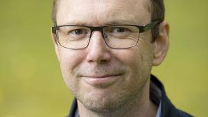 Porträtt på ekonomiprofessor Oskar Nordström Skans.