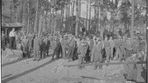 Människor på det tyska fånglägret på Tulludden i Hangö.
