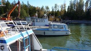 båtar, främst fiskebåtar i hamn på Kalvön i Borgå skärgård en solig oktoberdag.