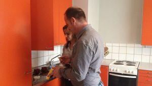 Kosovoalbanerna Valbona Semili och Selim Dinolli söker asyl i Finland. Här i deras kök i lägenheten i Kaskö.