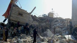 Minst sju mänskor dödades i attacken mot ett sjukhus i Idlib. Åtta medlemmar av Läkare utan gränser saknas fortfarande.