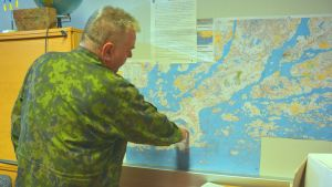 Tom Nilsson visar Syndalen på kartan.