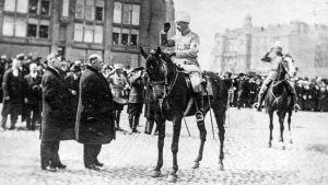Borgmästare von Haartman tar emot Mannerheimin i segerparaden 16.5.1918 i Helsingfors.
