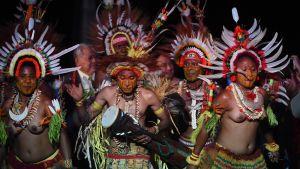 Stillahavsländernas toppmöte inleddes med traditionella danser och fester. Dessa dansare kommer från Papua Nya Guinea