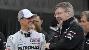 Michael Schumacher och Ross Brawn diskuterar.
