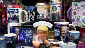 Muggar och statyetter med Trumpmotiv i en butik i New York.