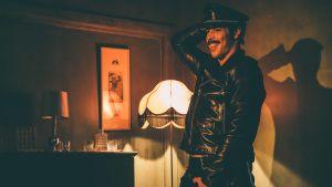Kake (Niklas Hogner) dansar utmanande i läderkläder.