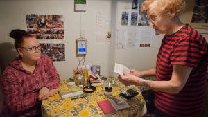 tytär ja äiti keittiössä, äiti lukee ohjetta
