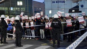 Demonstranter vid Helsingfors-Vanda flygplats protesterar mot mot tvångsavvisningar.