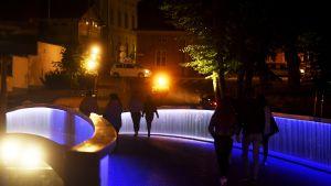 Biblioteksbron vid Aura å lystes upp med blå och vit färg under lördagskvällen för att hedra offren i fredagens attack.