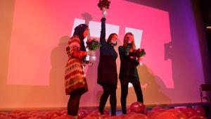 Feministiska partiets ledare på scenen efter partikongressen i september 2017, ordförande Katju Aru i mitten.