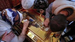 Ortodoxa troende kysser en kista som man har trott att innehåller Nikolaus kvarlevor.