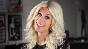 Christoffer Strandberg iklädd blond lång peruk, för att likna Krista Siegfrids.