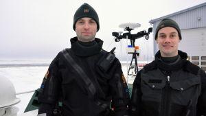 Äldre sjöbevakarna Rasmus Vikström och Markus Nyholm på Vallgrund sjöbevakningsstation.