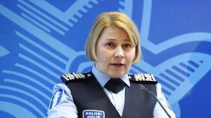 Direktör Sanna Heikinheimo vid Polisstyrelsen på presskonferens om avslagna asylansökningar mars 2018.
