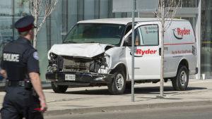 En bil som användes för att attackera människor i Toronto står parkerad med synliga skador.