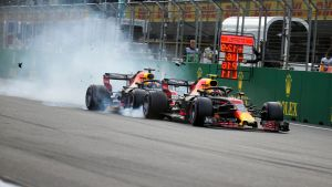 Daniel Ricciardo kör in i Max Verstappen