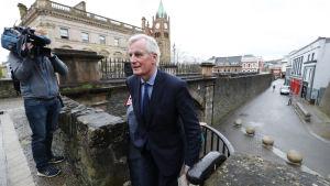 Michel Barnier vid murarna i Derry.