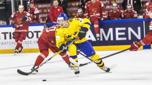 Rickard Rakell med pucken mot Vitryssland
