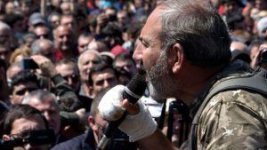Oppositionsledaren Nikol Pasjinjan talar till demonstranter i Jerevan 17.4.2018.