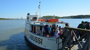 Passagerare stiger av vattenbussen vid Runsala folkpark.