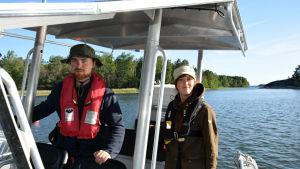 Teemu Mustasaari och Niina Kurikka ombord på en båt.
