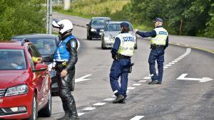 Polisen övervakar trafiken i Helsingfors 2017.