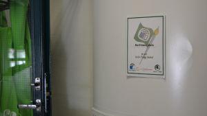 Afficsch i korridoren vid Mattlidens skola där det står att skolan är en Grön Flagg-skola.