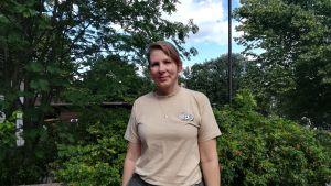 Veterinär Sanna Sainmaa står på gården utanför sin mottagning på Högholmen.