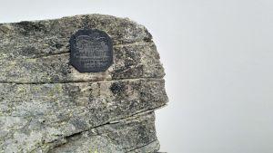 Plaketter på stenarna påminner om olyckor.