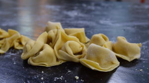 Tortellini pasta på ett bord