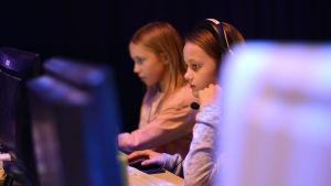 flickor med blickarna på spelskärmen