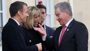 President Sauli Niinistö hälsar på paret Macron.