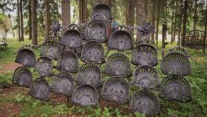 Vanhoista traktorin istuimista tehty teos Matti Järvenpään Rautapuistossa.