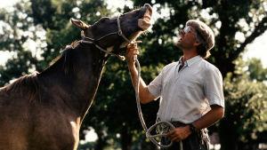 Gaucho Martin Hardoy, hevoskuiskaaja irvistelee hevosen kanssa