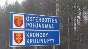 Skylt med texten Österbotten och Kronoby på.
