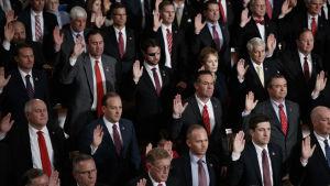 Röd slips verkar vara gemensamt för de republikanska manliga politikerna som här svär sin ed.