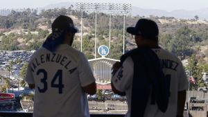 Två baseball supportrar inför en match i Los Angeles