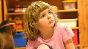 Närbild av liten flicka.