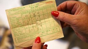 En stryktipskupong från fotbollsomgången 2-3.11.1946 med fyra rader ifyllda. På kupongen finns fyra matcher från Allsvenskan i Sverige och åtta från Premier League i England.