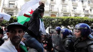 Algerier protesterar mot president Abdelaziz Bouteflika.