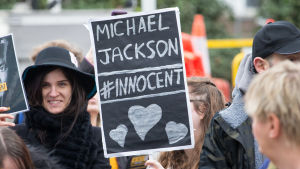 "Michael Jackson-fans protesterar mot visningen av dokumentärfilmen ""Leaving Neverland"" utanför Channel 4 i London."