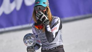 Mikaela Shiffrin förvånad över att ha vunnit kristallkulan i super-G.