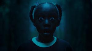 Unga Adeleide spärrar upp  ögonen av skräck.