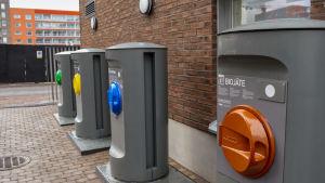 Asunto osakeyhtiö Aikalisän jätteidenkeräysputket löytyvät rakennuksen seinustalta pääoven vierestä. Keräyspisteet tyhjentävät itse itsensä, automaattisesti. Jätteet suhahtavat maan alla olevalle keräysasemalle, josta ne viedään kierrätykseen.